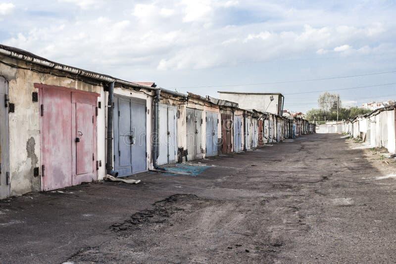 与多彩多姿的铁门的老车库 免版税库存图片