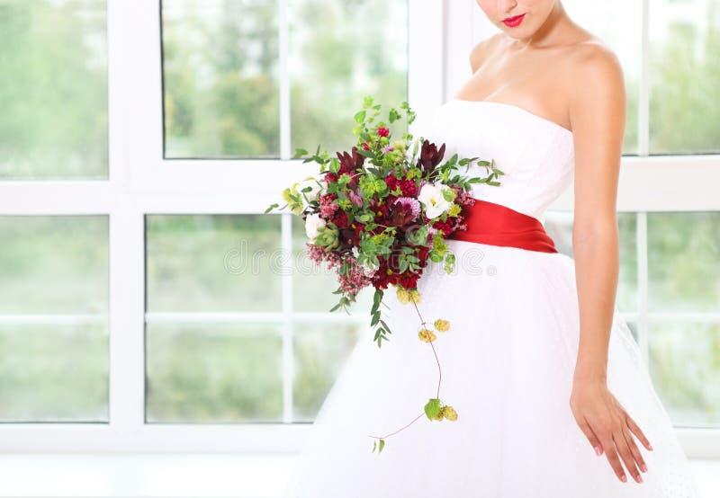 与多汁花和蛇麻草的婚礼花束在减速火箭的样式 免版税库存照片