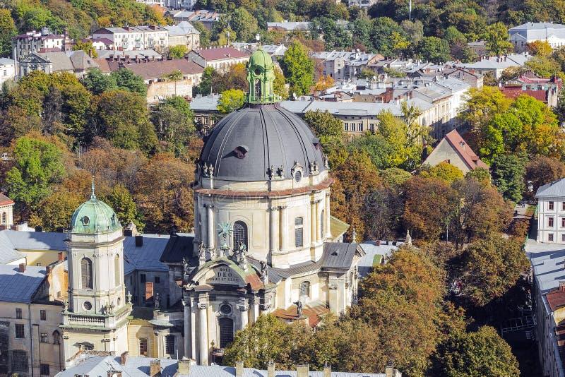 与多米尼加共和国的教会,利沃夫州,乌克兰的秋天都市风景 免版税库存照片