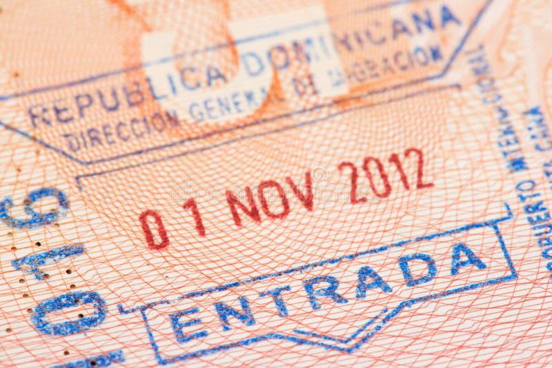 与多米尼加共和国移民控制词条邮票的护照页 库存图片