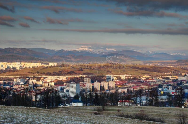与多雪的低Tatra范围斯洛伐克的Banska Bystrica都市风景 免版税库存图片