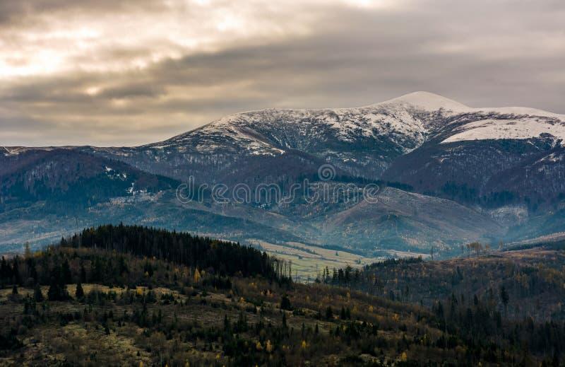 与多雪的山峰的山土坎在阴沉的天 库存照片