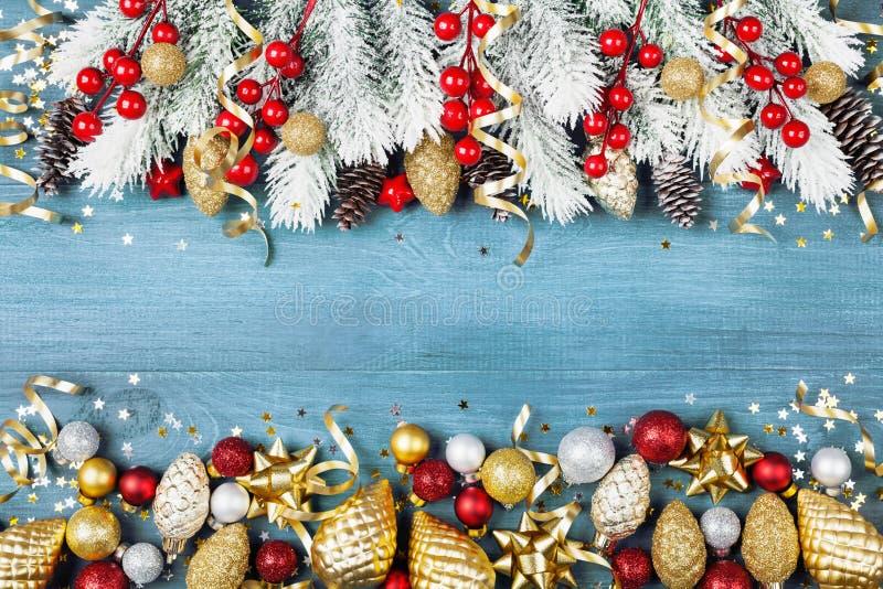 与多雪的杉树的圣诞节背景和在蓝色木台式视图的发光的假日装饰 2007个看板卡招呼的新年好 免版税库存图片