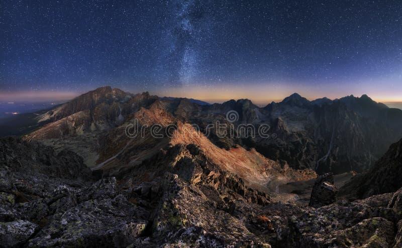 与夜空和Mliky方式,斯洛伐克Tatras的山风景 免版税库存照片