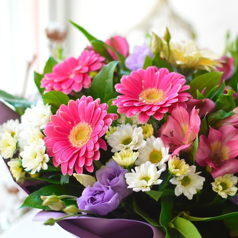 与大丁草的美丽的五颜六色的花束 免版税库存照片