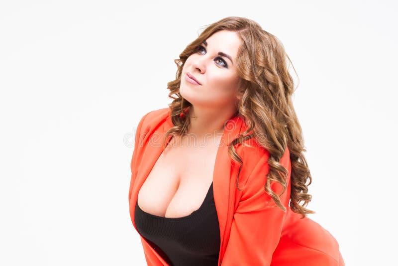 与大乳房和深低颈露肩,肥胖妇女的正大小模型白色背景的,身体正面概念 免版税图库摄影
