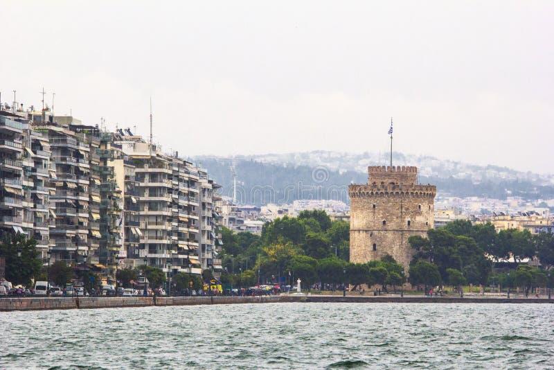 与大厦和中世纪塔,塞萨罗尼基希腊的都市海岸线 库存照片