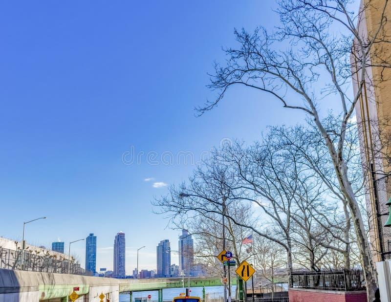 与大厦和桥梁的NY都市风景在Wayer 库存图片