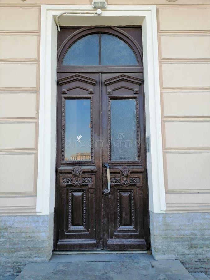 与大厦的一杯的门装饰 免版税库存图片