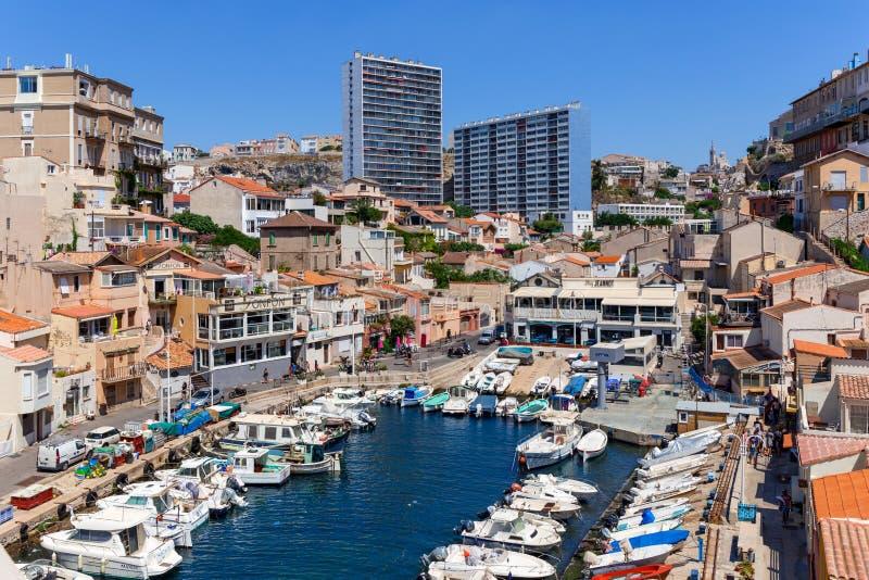 与大厦的田园诗老捕鱼港口从20世纪70年代在马赛,法国 库存图片