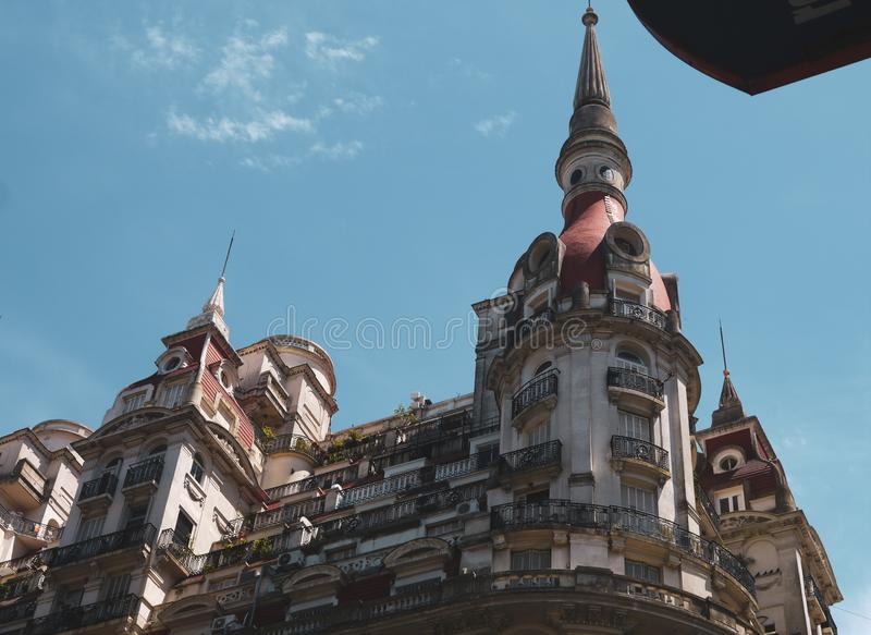 与大厦的街道视图在布宜诺斯艾利斯 库存图片