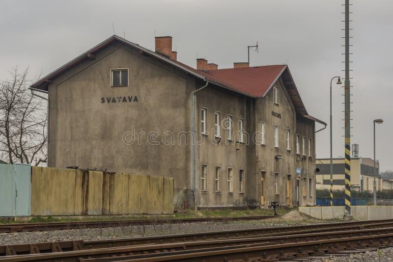 与大厦的Svatava驻地和平台在春日 免版税图库摄影