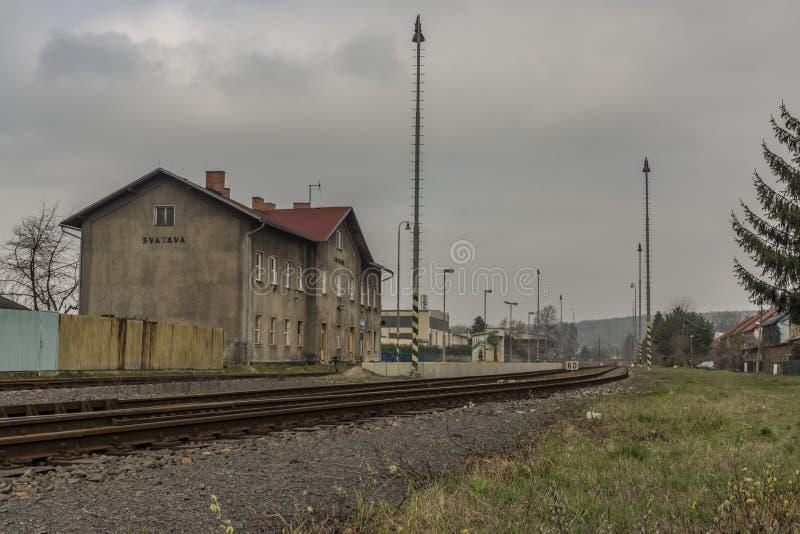 与大厦的Svatava驻地和平台在春日 图库摄影