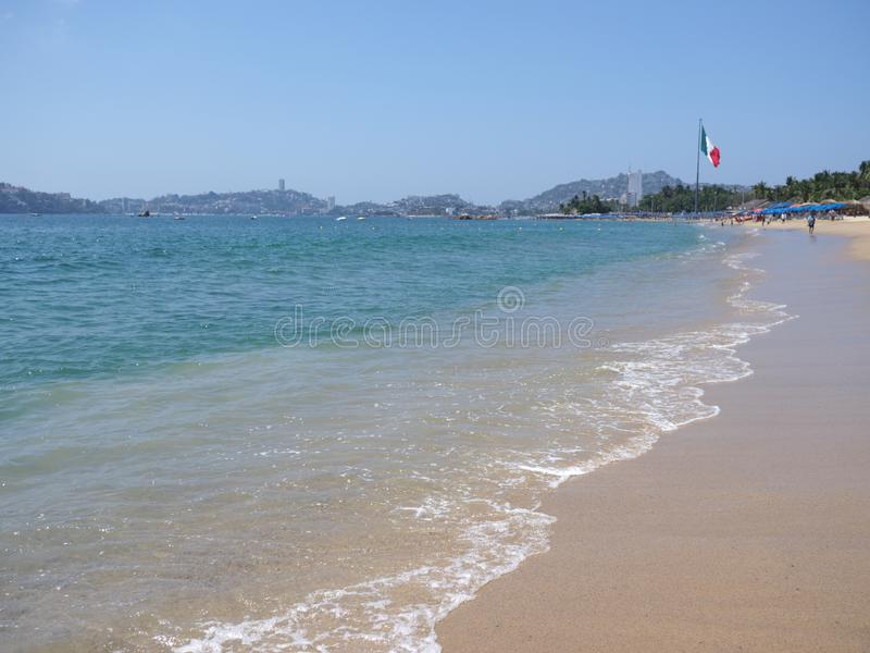 与大墨西哥国旗的全景turquise波浪在阿卡普尔科市海湾墨西哥和太平洋风景的 库存照片