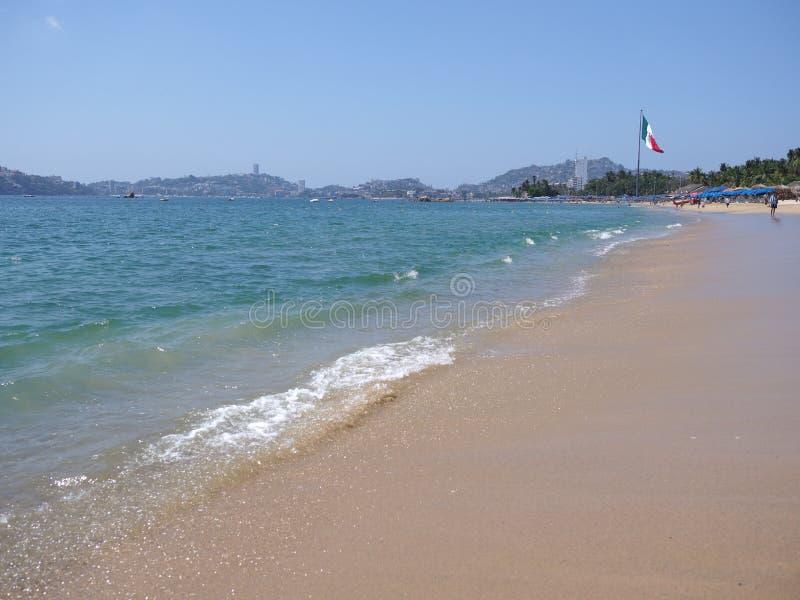 与大墨西哥国旗的风景turquise波浪在阿卡普尔科市海湾墨西哥和太平洋风景的 库存图片