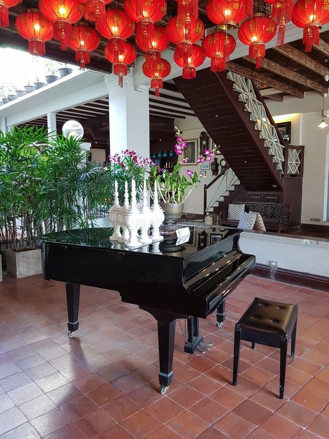 与大平台钢琴的大厅旅馆种族样式 库存图片