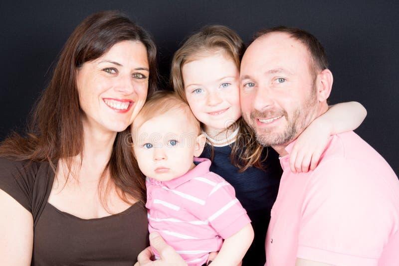 与大微笑的家庭看非常愉快被隔绝的 库存图片