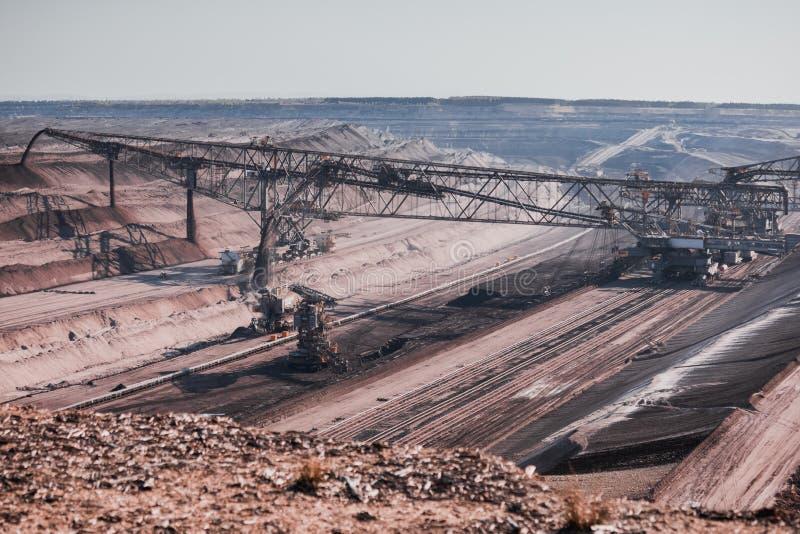 与大挖掘机的煤矿业的风景在boxberg附近的前面 库存照片
