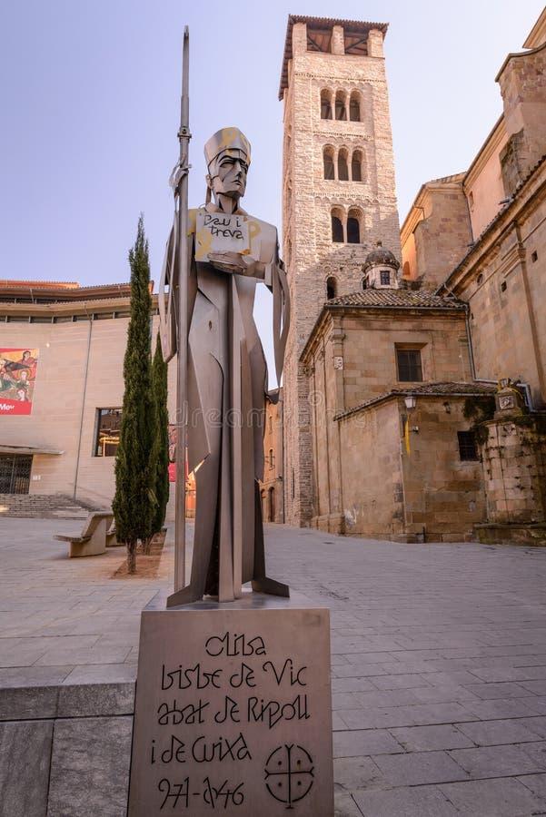 与大教堂的罗马式钟楼的博物馆正方形前面的,比克,加泰罗尼亚,西班牙 库存图片