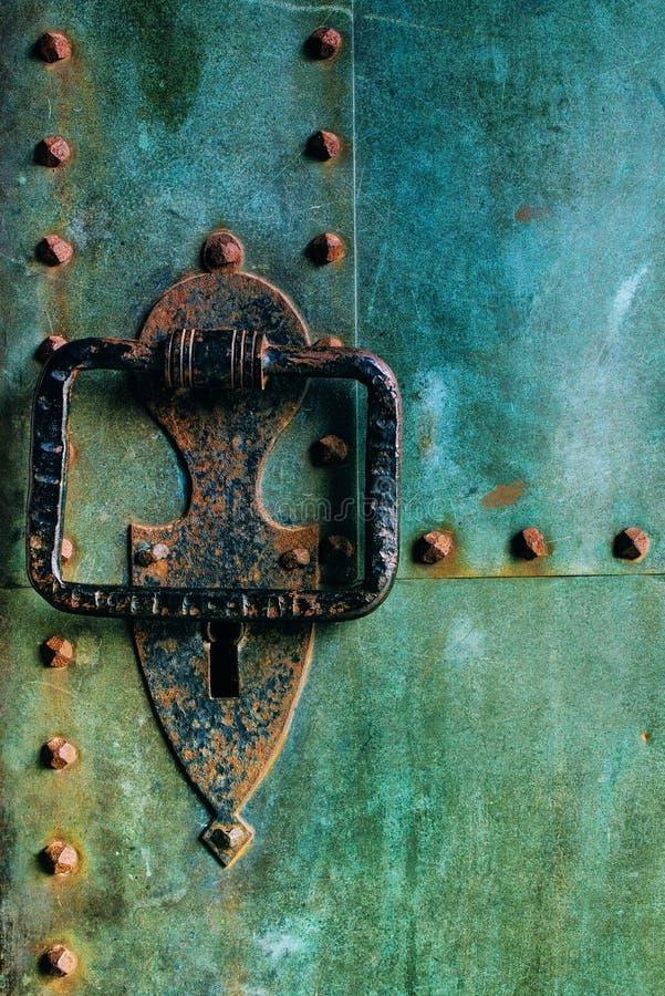 与大敲门人的老土气铜城堡金属门 免版税库存照片