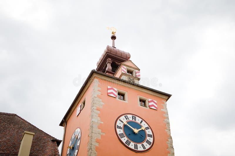 与大时钟的中世纪教会尖顶 库存照片