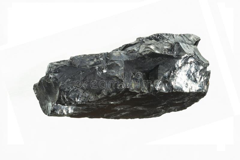 与大景深的黑煤矿特写镜头 在白色背景隔绝的无烟煤酒吧 免版税库存照片