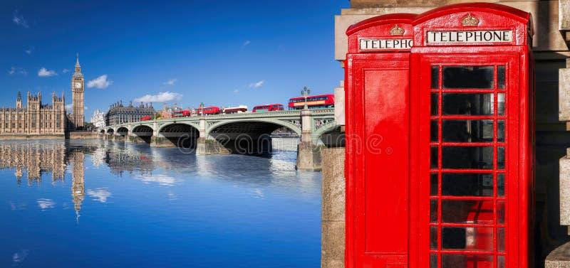 与大本钟、双层公共汽车、旗子和红色电话亭的伦敦标志在英国,英国 免版税库存照片