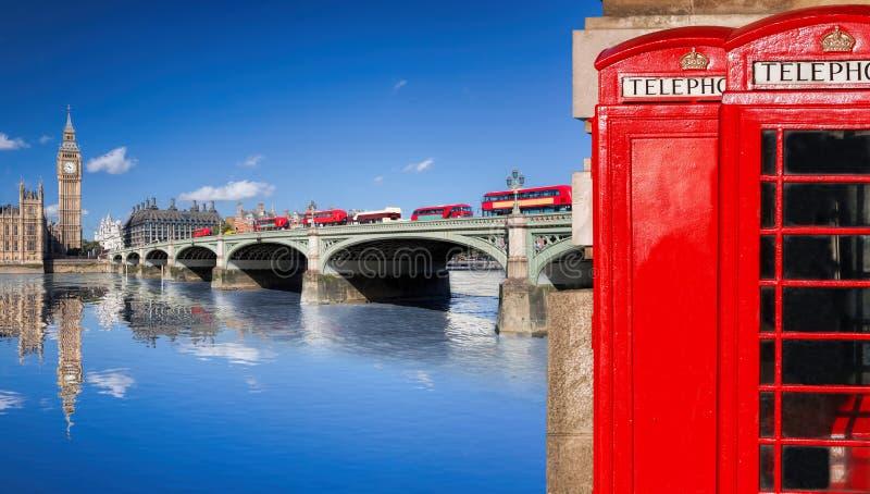 与大本钟、双层公共汽车、旗子和红色电话亭的伦敦标志在英国,英国 库存图片