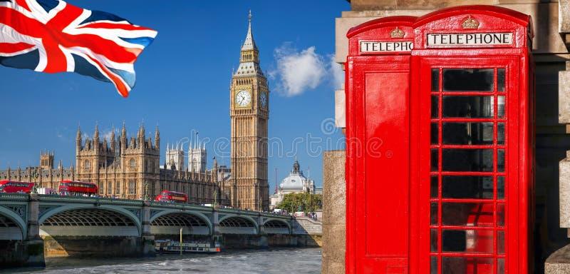 与大本钟、双层公共汽车、旗子和红色电话亭的伦敦标志在英国,英国 免版税图库摄影