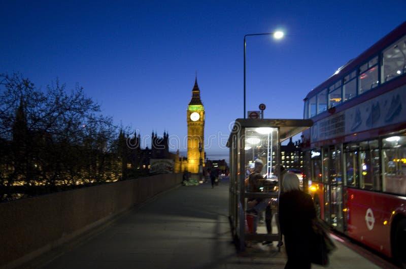 与大本钟和双层公共汽车的伦敦夜 库存图片