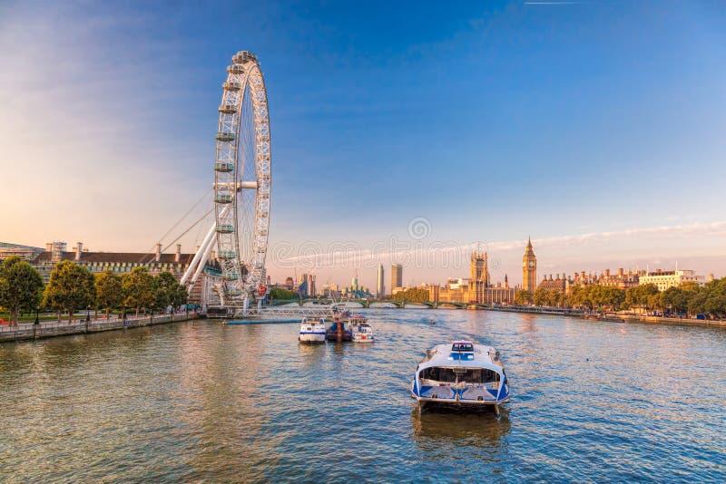 与大本钟,威斯敏斯特宫,伦敦眼,威斯敏斯特桥梁,泰晤士河,伦敦,英国,英国的日出 免版税库存图片