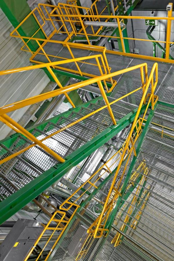 与大楼梯的工业内部 免版税库存图片