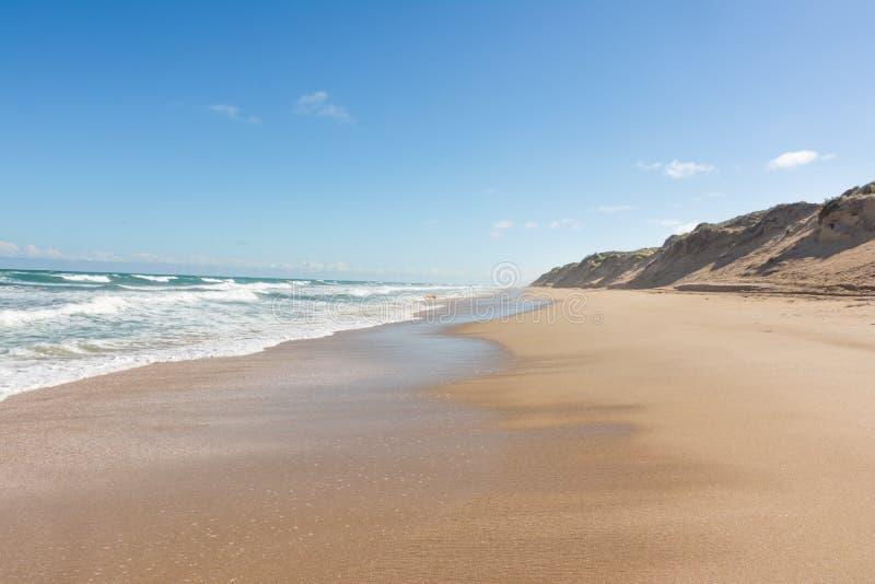 与大沙丘的长的离开的海滩在晴天在Cooron 库存照片