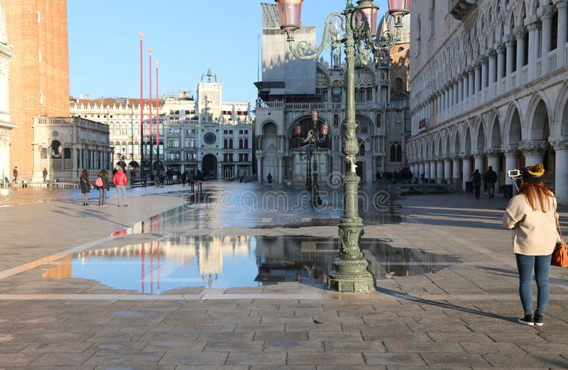 与大浪的圣马克广场在冬天 免版税图库摄影