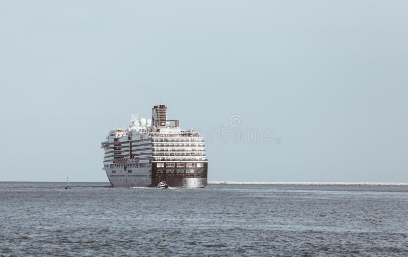 与大游轮的海景 免版税库存照片