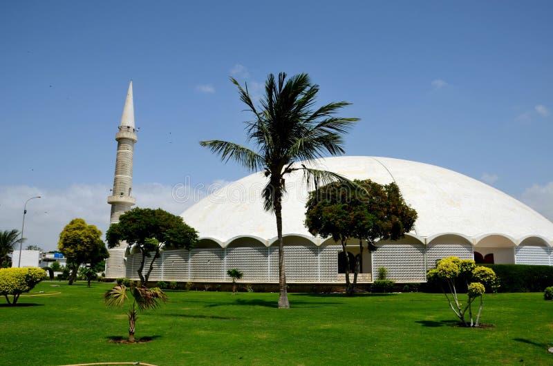 与大理石圆顶尖塔和庭院防御卡拉奇巴基斯坦的Masjid Tooba或圆的清真寺 库存图片