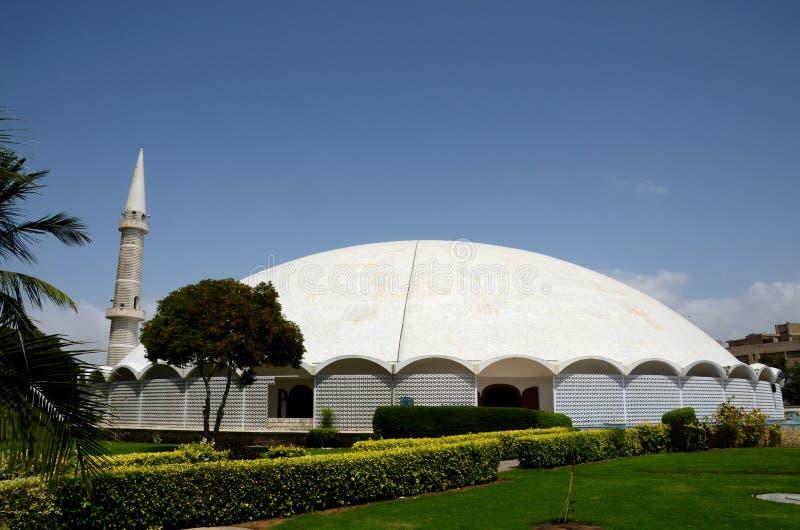 与大理石圆顶尖塔和庭院防御卡拉奇巴基斯坦的Masjid Tooba或圆的清真寺 免版税库存图片