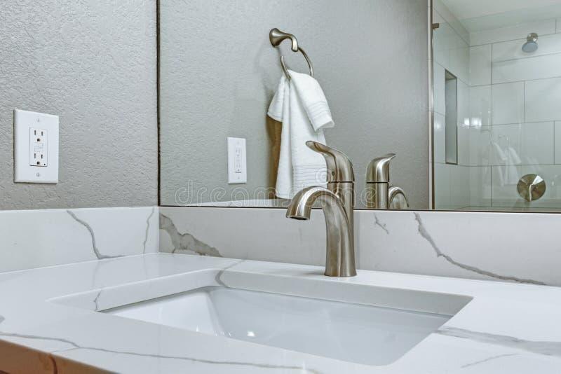 与大理石顶面盥洗盆的豪华卫生间内部 库存照片