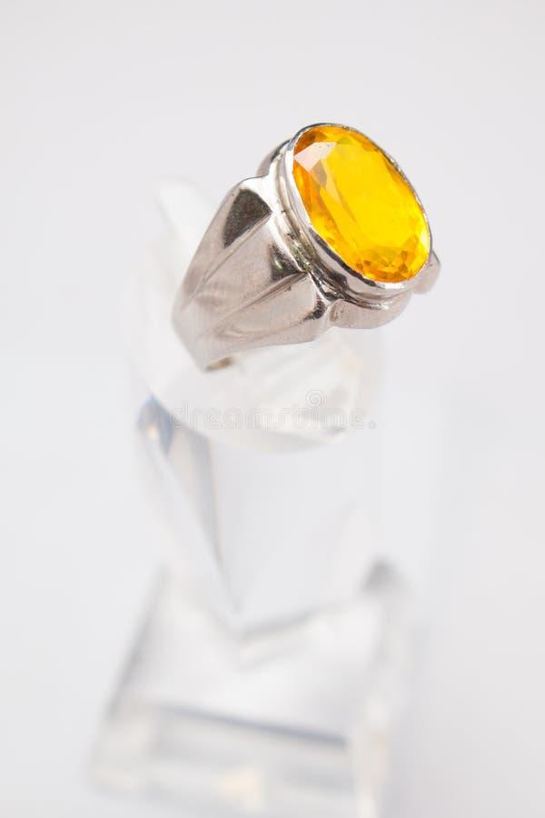 与大紫色宝石的银色手工制造圆环 免版税图库摄影
