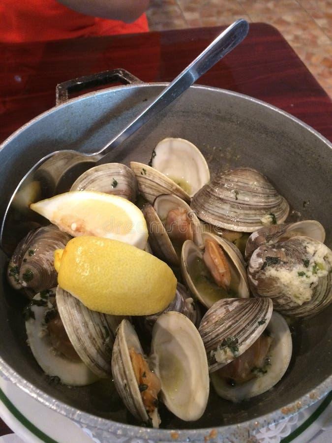 与大蒜橄榄油和柠檬的蛤蜊 免版税库存照片