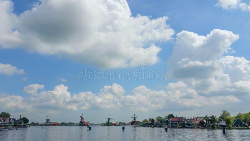 与大蓝天和水车的美好的风景 免版税库存图片
