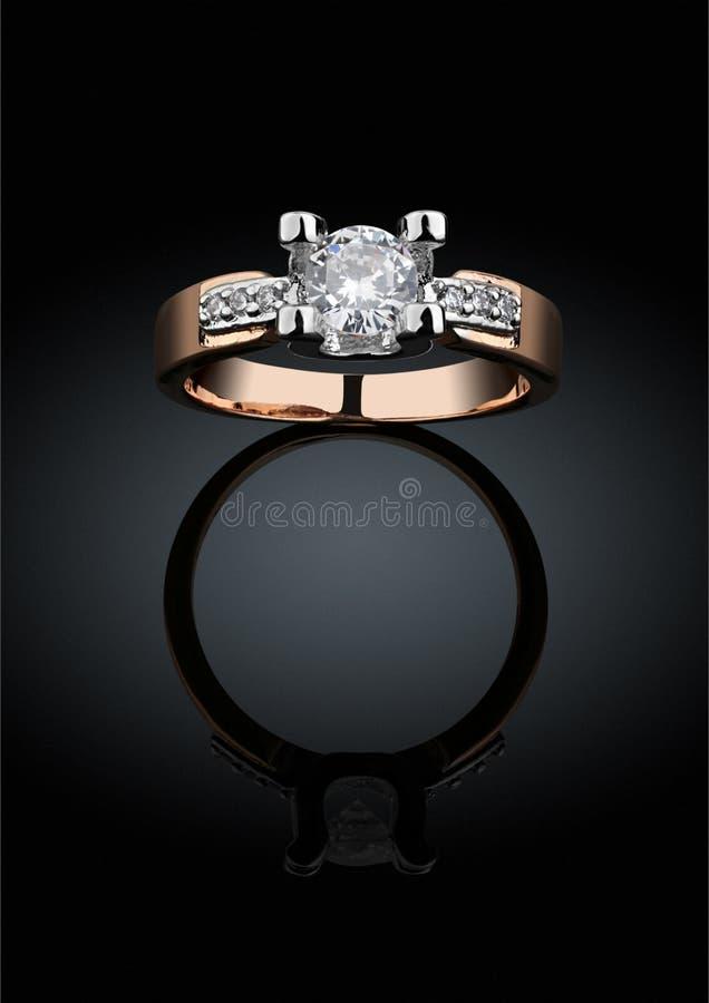 与大金刚石的Jewelery圆环在黑背景,截去的轻拍 库存例证