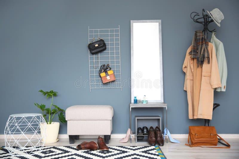 与大镜子的时髦的走廊内部 库存照片