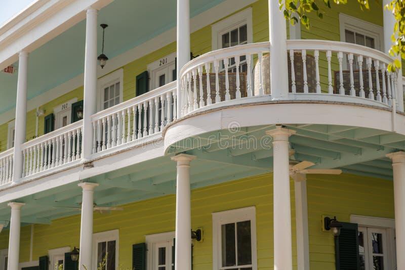 与大阳台的经典南部的美国建筑学 免版税图库摄影
