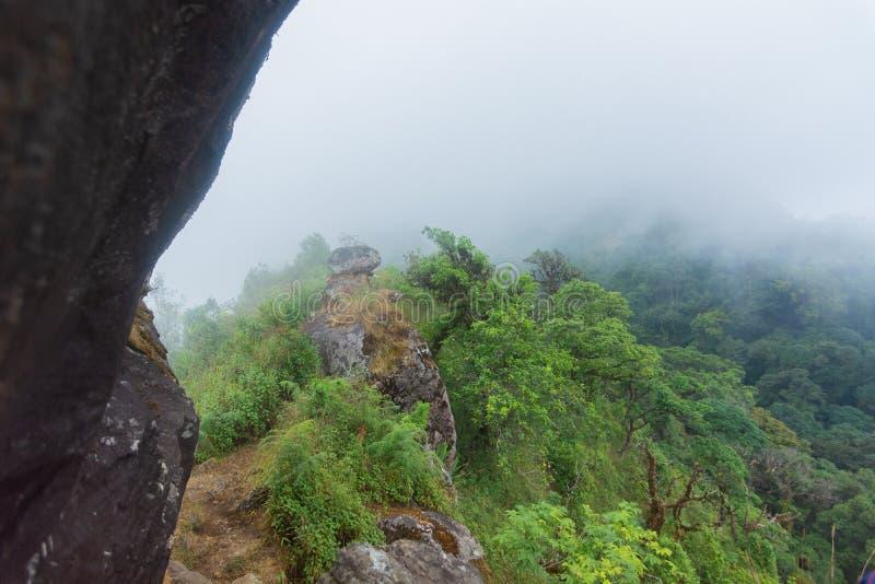 与大雾、云彩和薄雾的高峭壁岩石在星期一在蔡恩mai的jong doi 库存照片