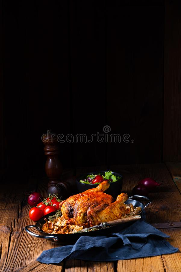 与大麦少量的烤辣鸡和蘑菇 免版税库存照片