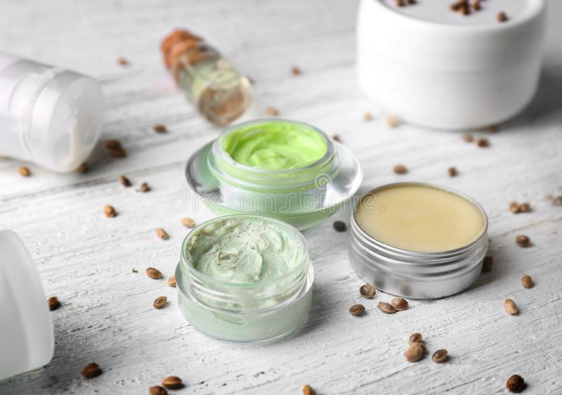 与大麻萃取物的化妆用品在木背景 免版税库存照片