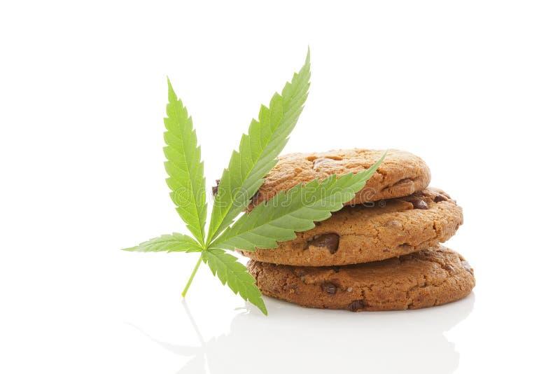 与大麻叶子的曲奇饼在白色 库存照片