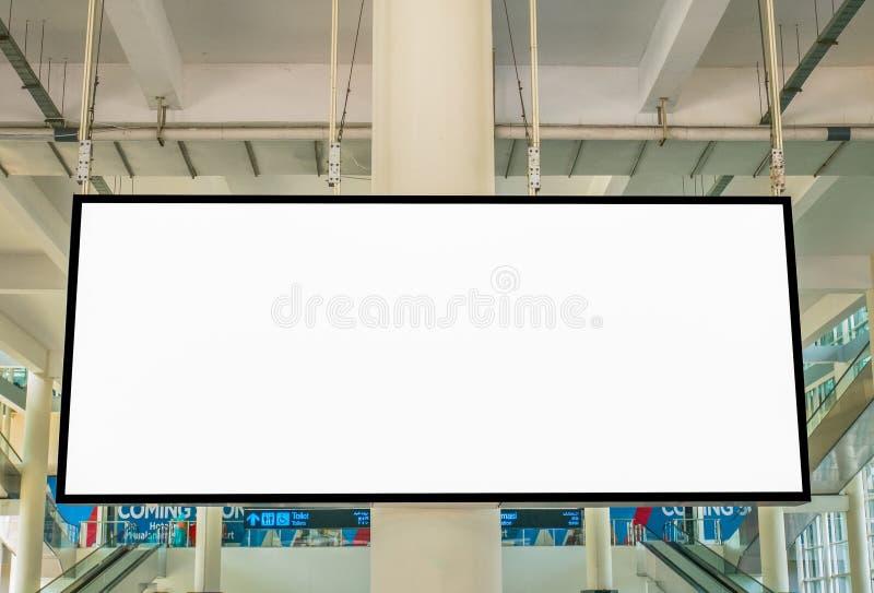 与大LCD屏幕的白色空白的广告在机场 免版税库存图片