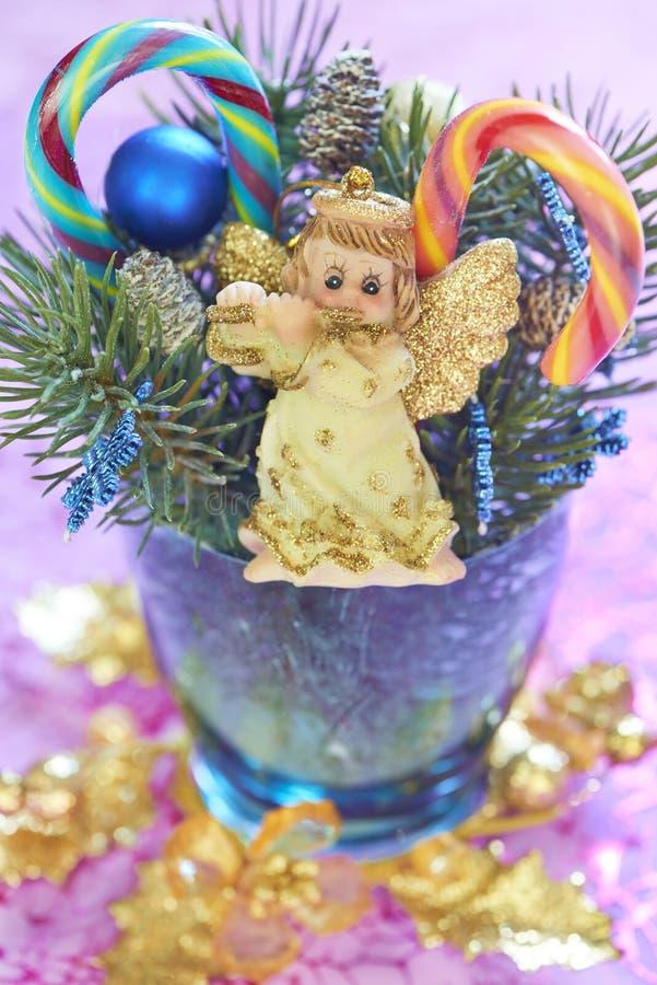 与天使和棒棒糖的圣诞节花束 免版税库存图片